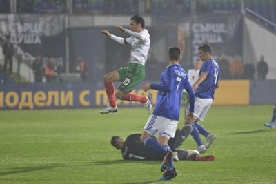 Ивелин Попов е скочил над вратаря Силва, който е захлупил топката пред погледите на Виласанти и Балбуена. СНИМКА: ЙОРДАН СИМЕОНОВ