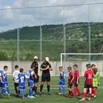 Доброволци изграждат игрище по мини футбол в с. Тополово