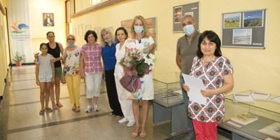 Авторите и инициаторът на идеята Лилия Маркова бяха поздравени от зам.-кмета Мария Недялкова. СНИМКА: Снимка: Авторът