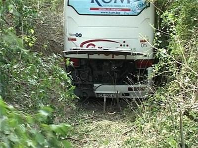 Един човек беше ранен, след като автобус излетя от платното и се заби в храстите. СНИМКА: ДИМА МАКСИМОВА