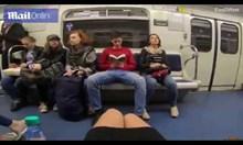 Рускиня залива с белина разкрачени мъже в метрото