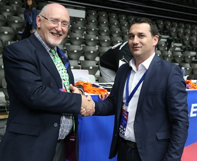 Супервайзорът на FIVB Санди Стийл поздравява изпълнителния директор на БФ Волейбол Станислав Николов за организацията на турнира от Волейболната лига на нациите при жените в Русе.