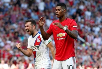 """Маркъс Рашфорд се държи за главата, след като изпусна дузпа в решителен момент от мача """"Манчестър Юнайтед"""" - """"Кристъл Палас"""". 6 дни след драмата той или Погба да бие дузпа, която Погба изпусна, а """"Юнайтед"""" направи 1:1 с """"Уулвърхемптън"""", Рашфорд нацели греда, а """"червените дяволи"""" допуснаха първа загуба във Висшата лига от """"Кристъл Палас"""" с 1:2.  СНИМКА: РОЙТЕРС"""