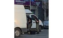 На място пристигнаха пожарна, линейка, екипи на СДВР и Специализирания отряд за борба с тероризма.
