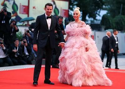 Лейди Гага и Брадли Купър пристигат ръка за ръка, за да представят новия си филм. СНИМКА: РОЙТЕРС