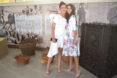 """Мис """"Китай 2019"""" Роузи Джу Син и тазгодишната Царица Роза на Казанлък Вероника Кънева се снимаха за спомен в Музея на розата. СНИМКА: Архив"""
