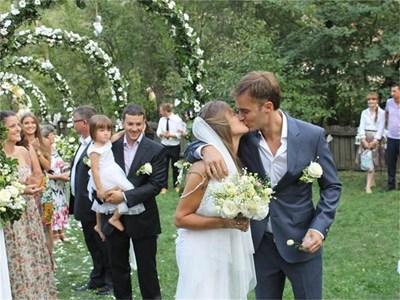 Саня и Ники в първата си целувка, след като банският отец Георги ги венча на поляна в село Ковачевица. Мъжът на заден план с черния костюм е кумът Ники, който също е сценарист.  СНИМКИ: ЛИЧЕН АРХИВ