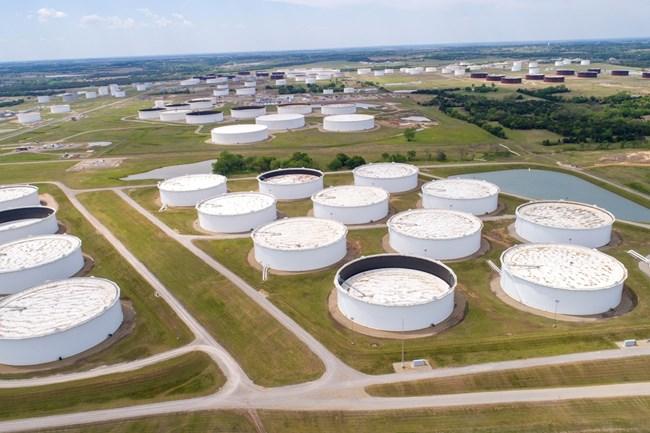 Заради намаления добив цените на петрола се качват и стигнаха най-високото си ниво от месец насам. Запасите на нефт и горива също намаляват, което тласка котировките нагоре.