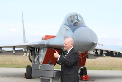Преди ден Кларк Купър бе в Граф Игнатиево, за да наблюдава съвместната охрана на българското небе от американски и български изтребители. Впоследствие той обяви и, че САЩ ще подарят на България два самолета F-16.