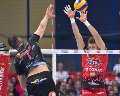 Соколов забива през ръцете на Атанасиевич. Двамата се сдърпаха през мрежата и получиха червени картони.