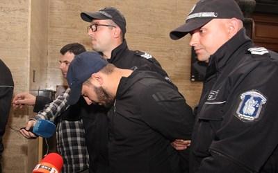 Пол Боевски  скри лицето си  от медиите.  СНИМКА:  НИКОЛАЙ ЛИТОВ