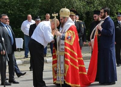 Борисов целуна ръка на Белоградчишкия епископ Поликарп, който благослови новите патрулки. СНИМКИ: РУМЯНА ТОНЕВА