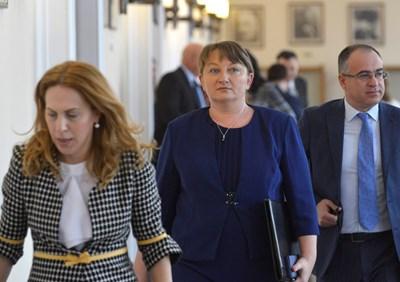 Вицепремиерката Марияна Николова и социалната министърка Деница Сачева гарантираха след тристранката, че ще бъдат превърнати в закон само мерки, по които и синдикати, и работодатели са съгласни. СНИМКА: Йордан Симeонов