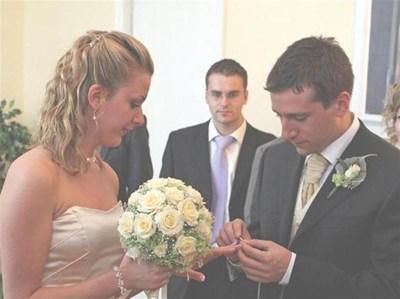 От 1 октомври младоженците могат да сключват брачни договори, с които да уреждат имуществените си отношения.  СНИМКИ: АНДРЕЙ БЕЛОКОНСКИ И ДЕСИ КУЛЕЛИЕВА