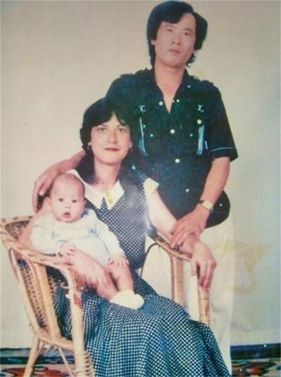 Последната снимка на таткото в България с бебето Петър и майка му. СНИМКИ: АВТОРЪТ И ЛИЧЕН АРХИВ
