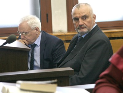 Д-р Красимир Вальов (вдясно) в пловдивския окръжен съд СНИМКА: Евгени Цветков