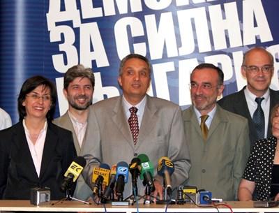 Нено Димов с Иван Костов, Веселин Методиев, Иван Иванов и Екатерина Михайлова през 2005 г. при представянето на депутатите от ДСБ СНИМКА: Архив
