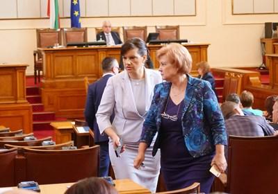 Шефките на ПГ на ГЕРБ Даниела Дариткова и на бюджетната комисия Менда Стоянова имат за задача да осигурят нужните гласове предложението на премиера за 1 лев субсидия да мине и на второ четене в пленарната зала.  СНИМКИ: ЙОРДАН СИМЕОНОВ