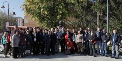 Участниците в десетата световна среща на българските медии се снимат за спомен.  СНИМКИ: БТА