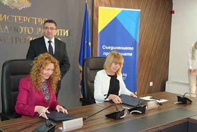 Николай Нанков, Деница Николова и Йорданка Фандъкова подписаха договора. Снимки пресцентър на регионалното министрество.