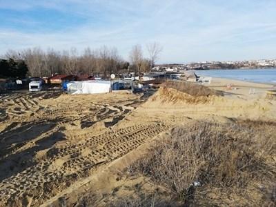 """Това остана от защитените дюни на """"Смокиня"""" след булдозера, пуснат по поръчка на собственика на каравана на плажа Иван Нончев."""