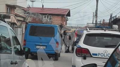 Мишо Щерионов стои изправен с белезници до полицейските автомобили Снимки: Тони Щилянова СНИМКА: 24 часа
