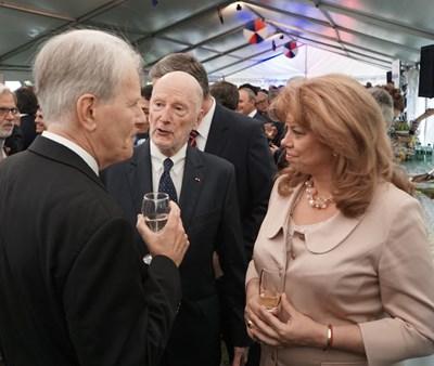 ПОсланик Льобедел разговаря с вицепрезидентката Илияна Йотова и с цар Симеон. СНИМКА: Десислава Кулелиева