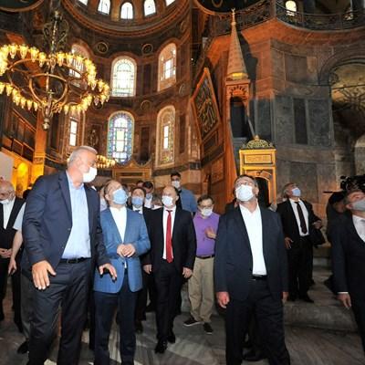 """Турски министри, сред които и министъра на туризма Мехмет Ерсой посетиха """"Света София"""" след превръщането й в джамия. СНИМКА: РОЙТЕРС"""