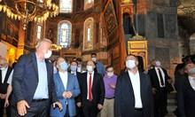 """Крият мозайките в """"Света София"""" при молитви (Обзор)"""