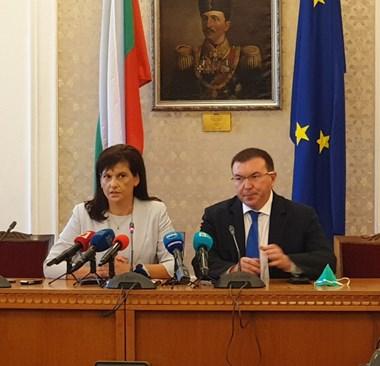 Шефката на ПГ на ГЕРБ Даниела Дариткова и здравният министър проф. Костадин Ангелов обявяват споразумението. СНИМКА: ЛИЛЯНА КЛИСУРОВА