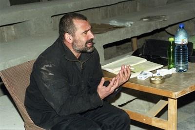 Кадрите показват как Иван Добчев първоначално обяснява на актьорите седнал, докато пуши цигари. След това става и отива до Жана Рашева, където започва да спори с нея, като й показва какво точно иска и как да го направи.  СНИМКИ: ИВАН ГРИГОРОВ