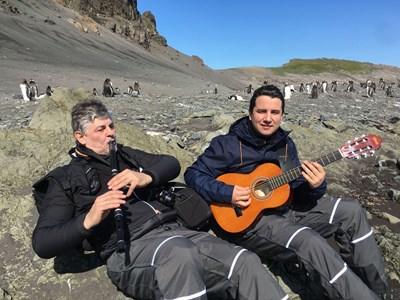 С Християн Цвятков правят концерти и композират музика, докато са в Антарктида.  СНИМКА: РУМЕН ВАСИЛЕВ