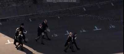 Уилям и Хари вървят един до друг след погребението на дядо си. СНИМКА: Кадър: You Tube