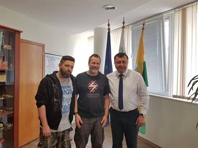 Музикантите позираха за снимка с кмета на Павликени в неговия кабинет