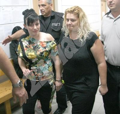 Задържаната за трафик на бежанци активистка от НФСБ Анелия Велева (вляво) и сочената за тартор на групата Калина Иванова от Хасково (вдясно). СНИМКИ: Евгени Цветков СНИМКА: 24 часа