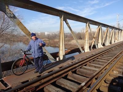 Новият мост над Марица ще е успореден на железопътния. Той е забранен за пешеходци, но всекидневно по него минават хора. Снимка: Авторът