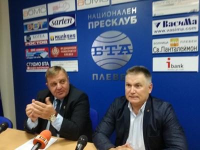 Каракачанов представя кандидата за кмет на Плевен д-р Поповски.  СНИМКА: Буряна Божинова