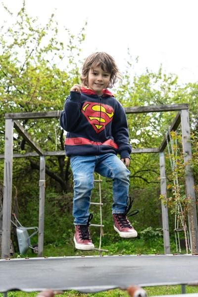 Децата ли са по-едри, дрехите ли са умалени, или номерът не е точен?