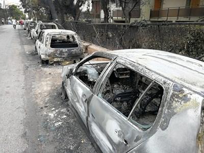 В Мати изгорелите коли продължават да напомнят за ужаса от пожарите. СНИМКА: РОЙТЕРС