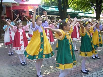 """Танцьори от Обединения детски комплекс в град Пещера репетират на улицата днес преди да се качат на сцената на читалище """"Искра"""" в Казанлък. СНИМКА: Ваньо Стоилов"""