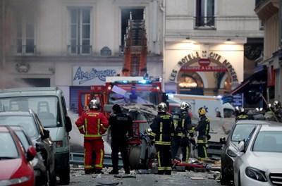 Полиция и пожарникари на мястото на инцидента в Париж СНИМКА: Ройтерс