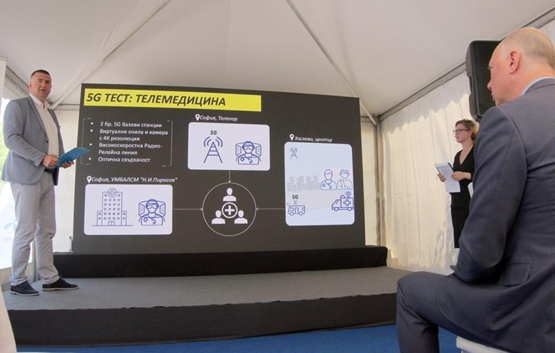 """Владимир Радойчич, директор по технологиите на """"Теленор"""", показва принципа на работа на 5G."""