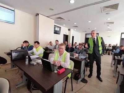 """Красимир Калудов от СЕК предложи да се открие наказателен паркинг и в к-с """"Меден рудник"""", но не бе прието. Колегите му от групата се появиха на сесия с жълти жилетки в знак на солидарност с протеста на ресторантьорите срещу НАП."""