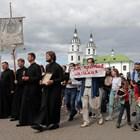 Попове водят религиозно шествие срещу насилието в Минск.