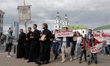 В Беларус стрелят по хора на балкони, подкрепящи бунта (Обзор)