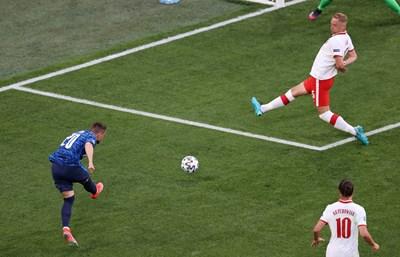 Роберт Мак шутира при ситуацията за първия гол на Словакия в Санкт Петербург.