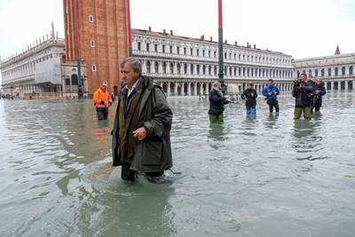 Дъждовете превърнаха в канали всички улици във Венеция. СНИМКИ: РОЙТЕРС