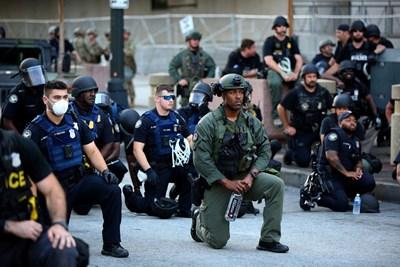 Полицаи се присъединиха към мирните демонстрации в САЩ СНИМКА: Ройтерс