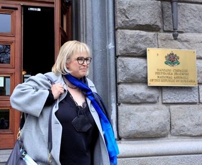 Мария Капон излиза от парламента след срещата.