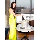 Вера Уанг позира пред тортата за рождения си ден, вдъхновена от водка и просеко, които тя произвежда.